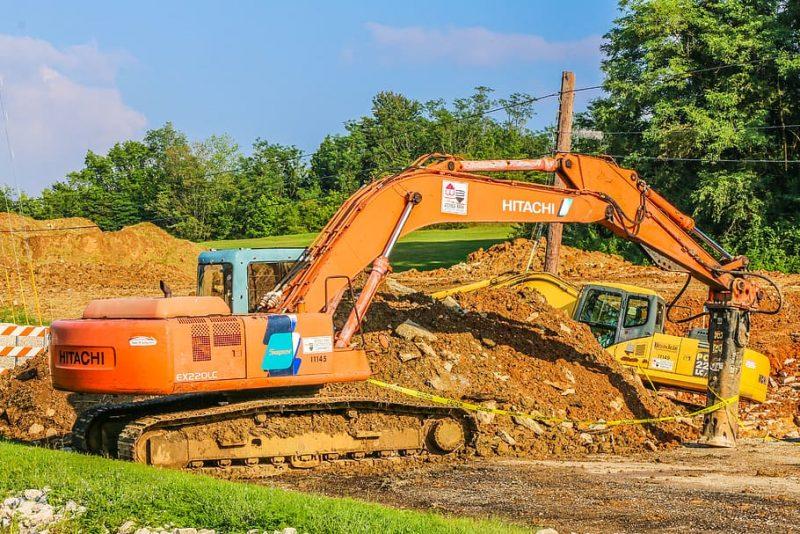 Arriendo de minicargador con martillo para realizar tareas de excavación y demolición